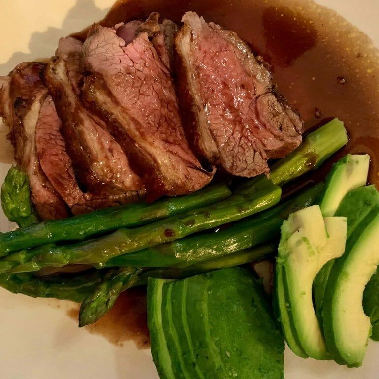 Lamb chops with asparagus and avocado