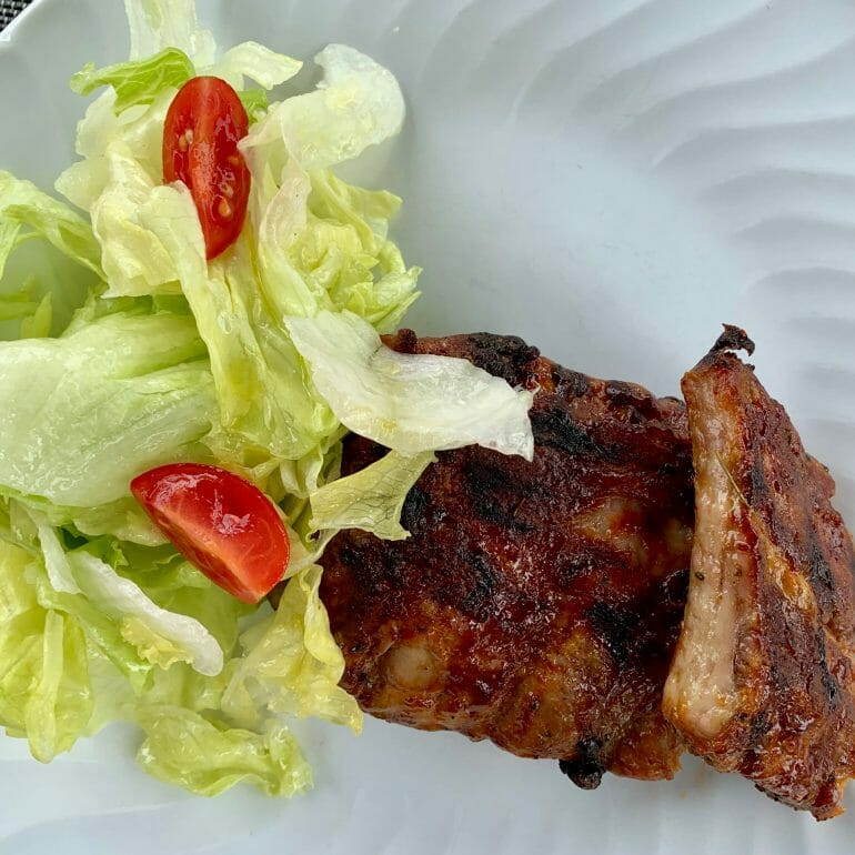 Ribs with lettuce and tomatoes