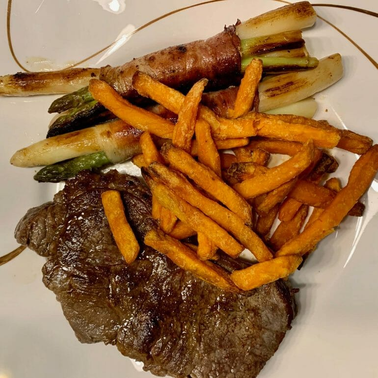 Steak with asparagus and sweet potato fries