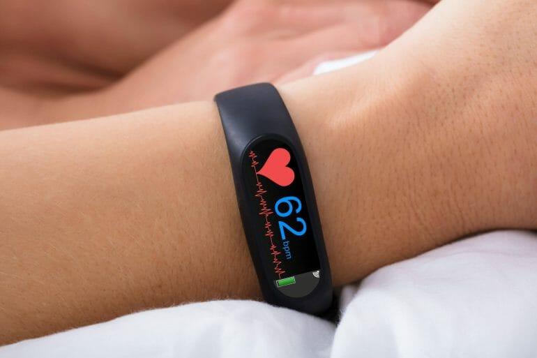 Basic fitness tracker monitoring HR